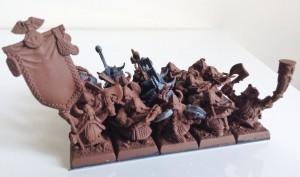 Le musicien et le porte étendard sont des figurines en métal (Rangers de Bugman OOP). Le reste est un mélange de guerriers et d'arbaletriers. Toutes les figurines plastiques portent des capes afin d'accentuer le côté baroudeur.